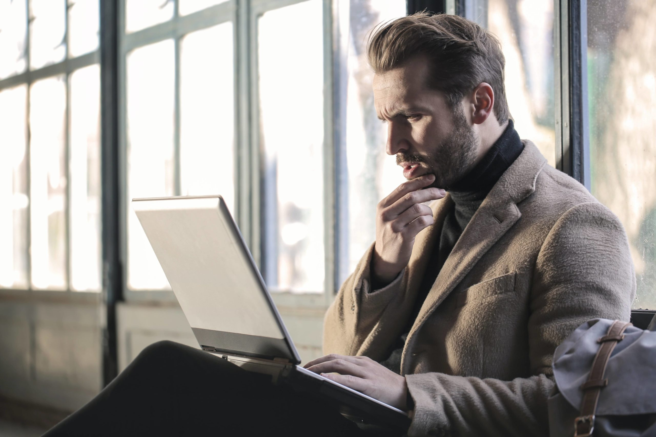 Businessman-inquiet-devant-son-pc-portable