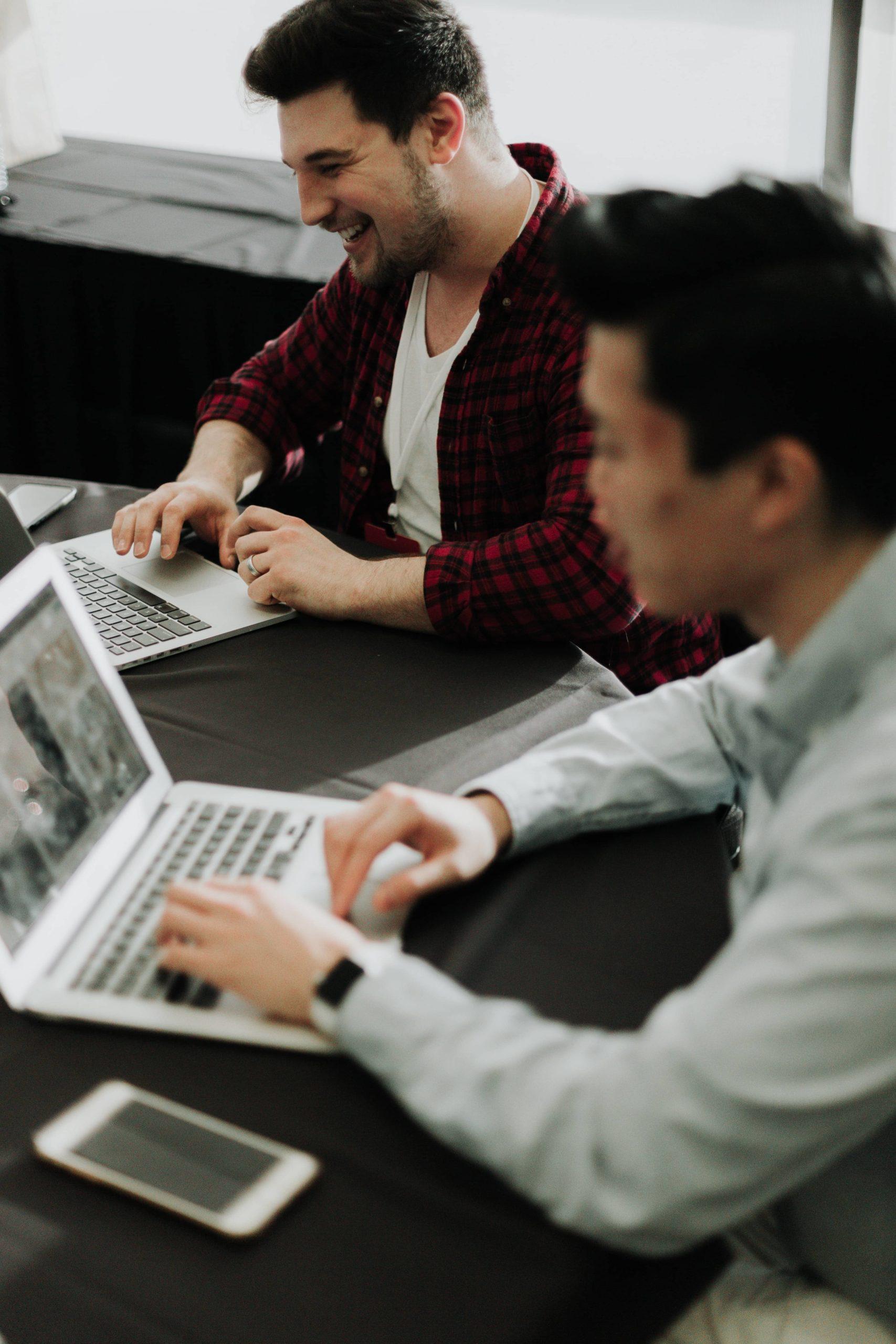 2-hommes-travaillent-sur-leurs-ordinateurs-portable