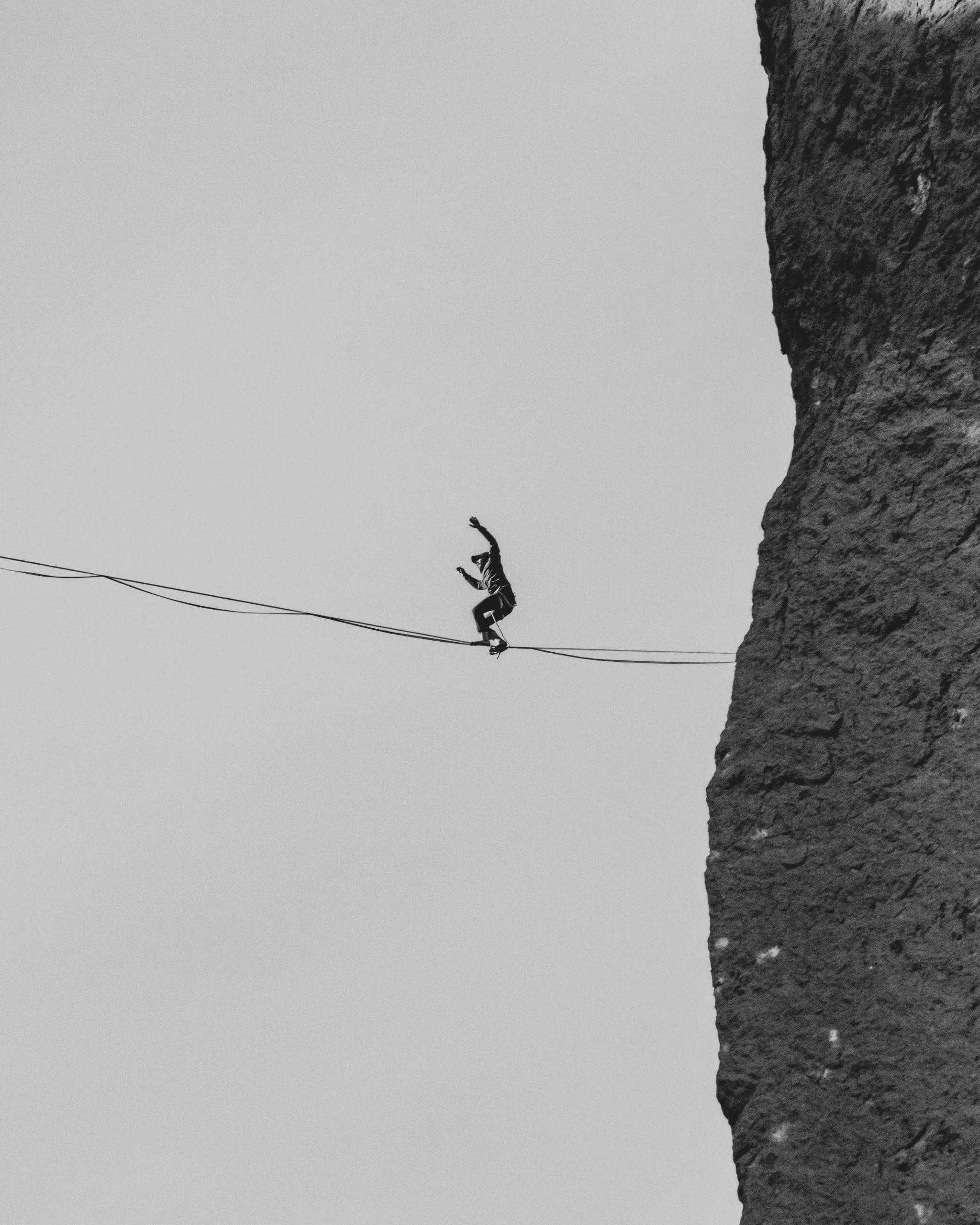 Homme-en-équilibre-sur-cable-entre-falaise