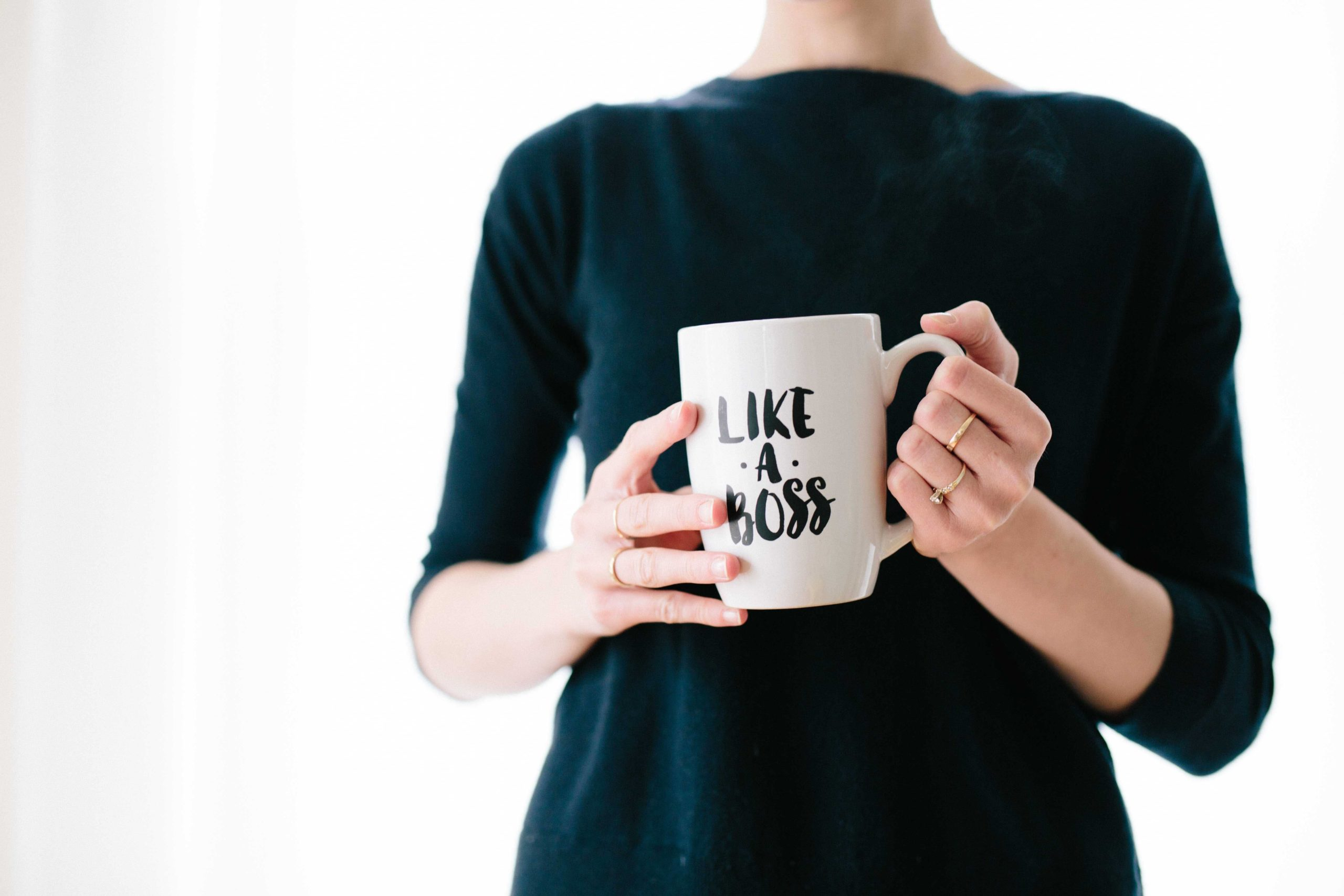 "Femme avec tasse inscrit ""like a boss"""