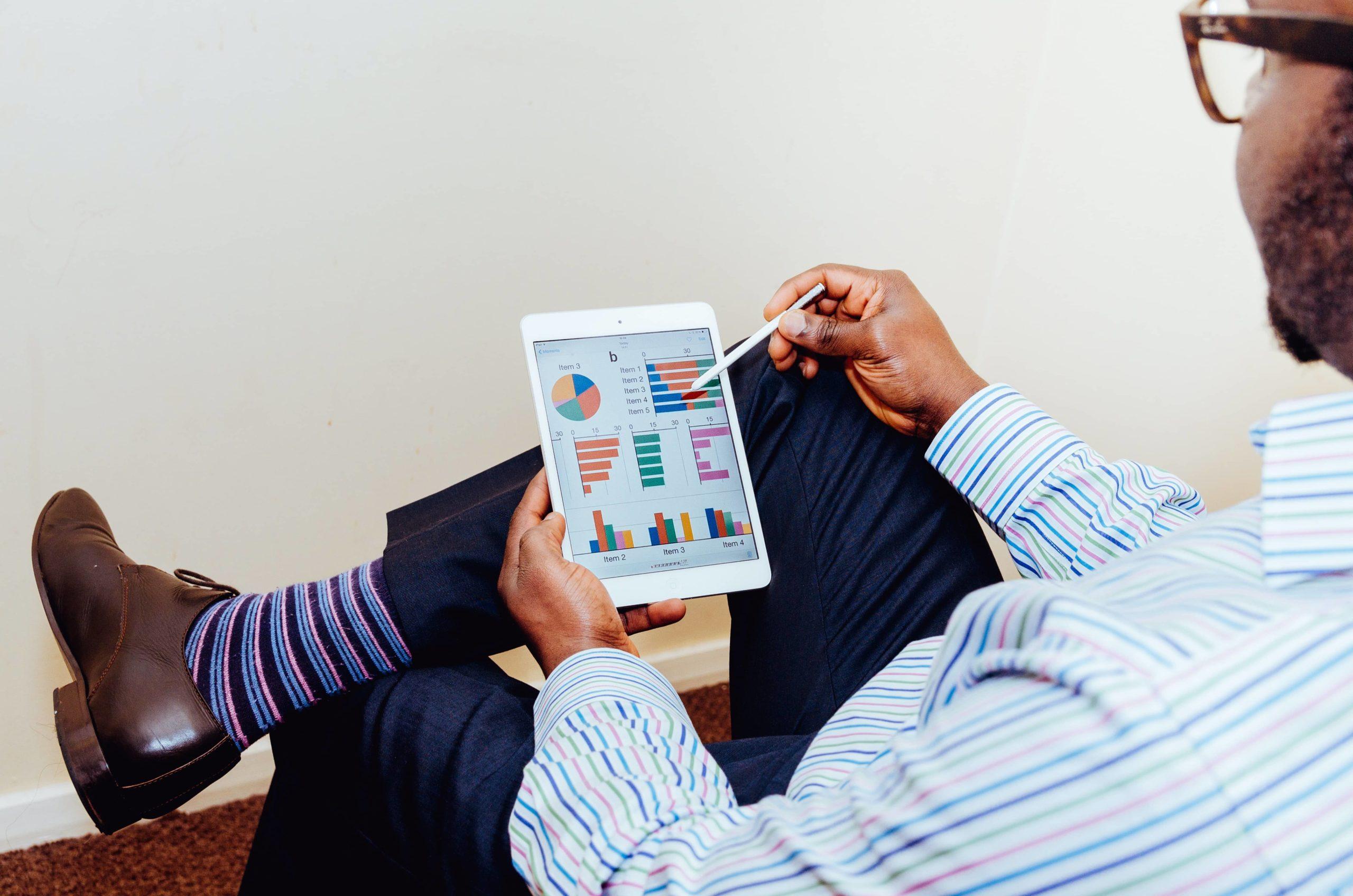 Homme-analyse-données-sur-tablette